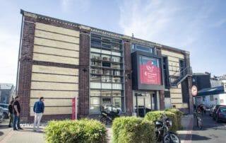 Facade de l'hôtel d'entreprises Dombasle 2 de la CCI Seine Estuaire qui propose des bureaux et ateliers au Havre (Normandie)